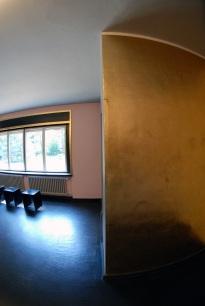 durchs Fenster nicht sichtbare goldene Wand im Meisterhaus Kandinsky